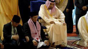 Raja Salman bin Abdulaziz Al Saud, Raja Kerajaan Saudia Arabia sedang sholat sunnah Tahiyatul Masjid