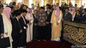 Raja Salman bin Abdulaziz Al Saud, Raja Kerajaan Saudia Arabia memberikan hadiah Kiswah kain penutup Kab'ah