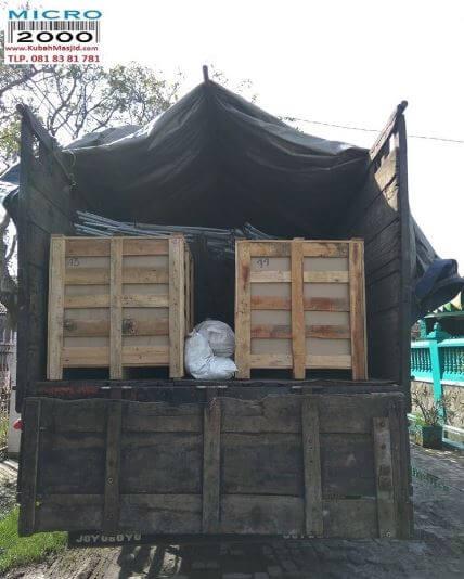 material ditutup rapi untuk perjalanan darat menuju ke lokasi pembangunan masjid oleh:kubahmasjid.com
