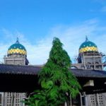 Kubah Masjid Baiturrochim Gresik ini terdiri dari 3 motif yaitu, hijau, kuning dan orange